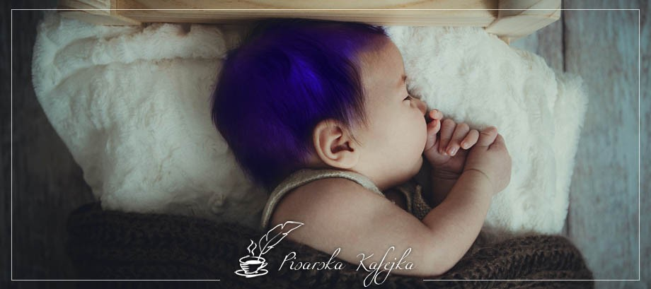 chlopiec-o-niebieskich-wlosach-pisarska-kafejka